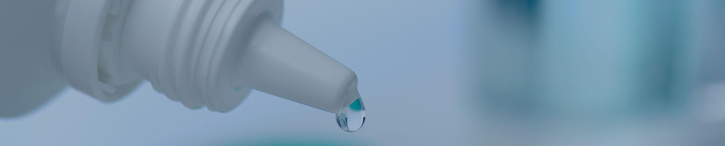La solución de lentes de contacto se vierte en un estuche de lentes de contacto